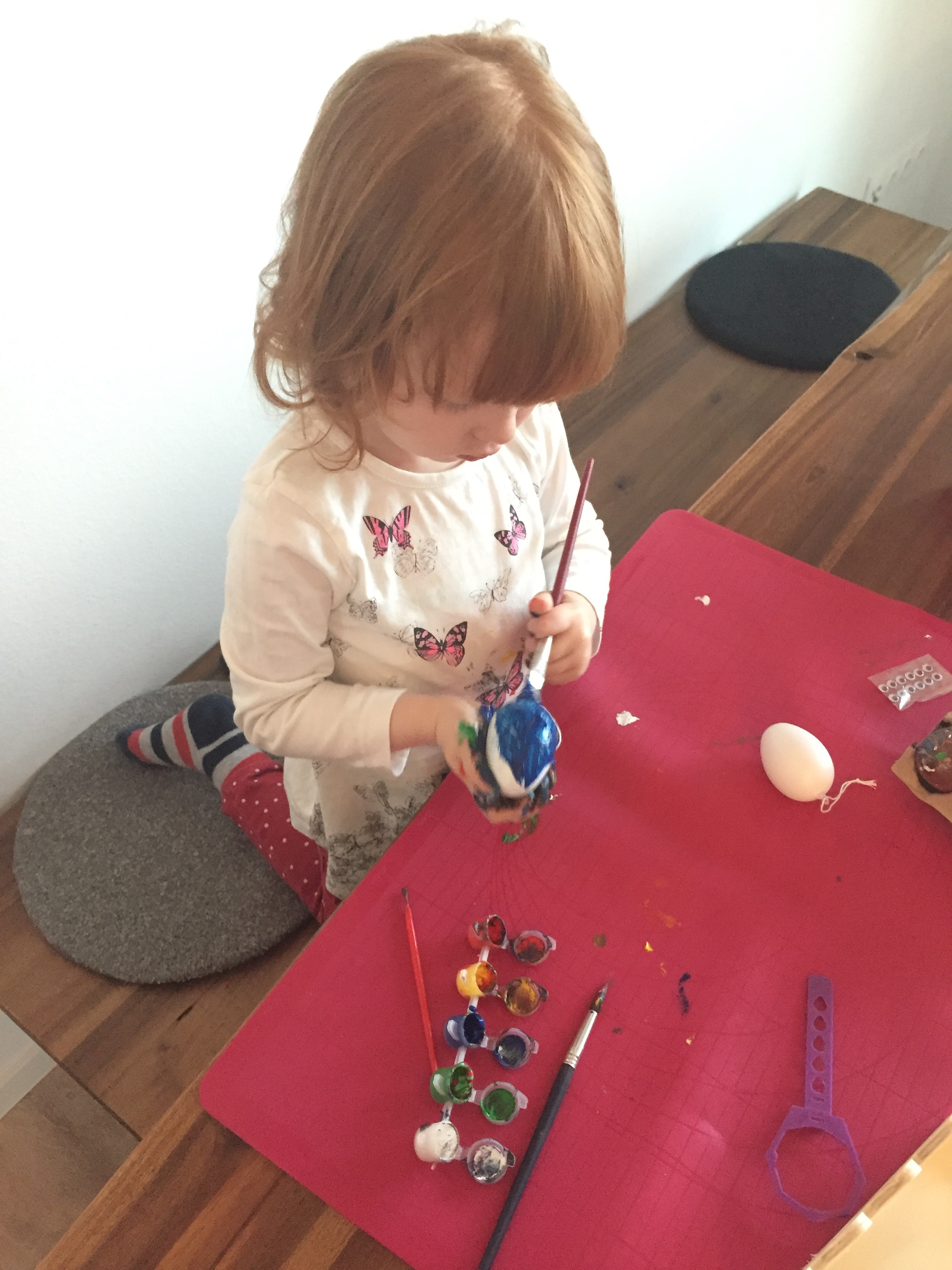 Ostereier bemalen mit der großen Tochter