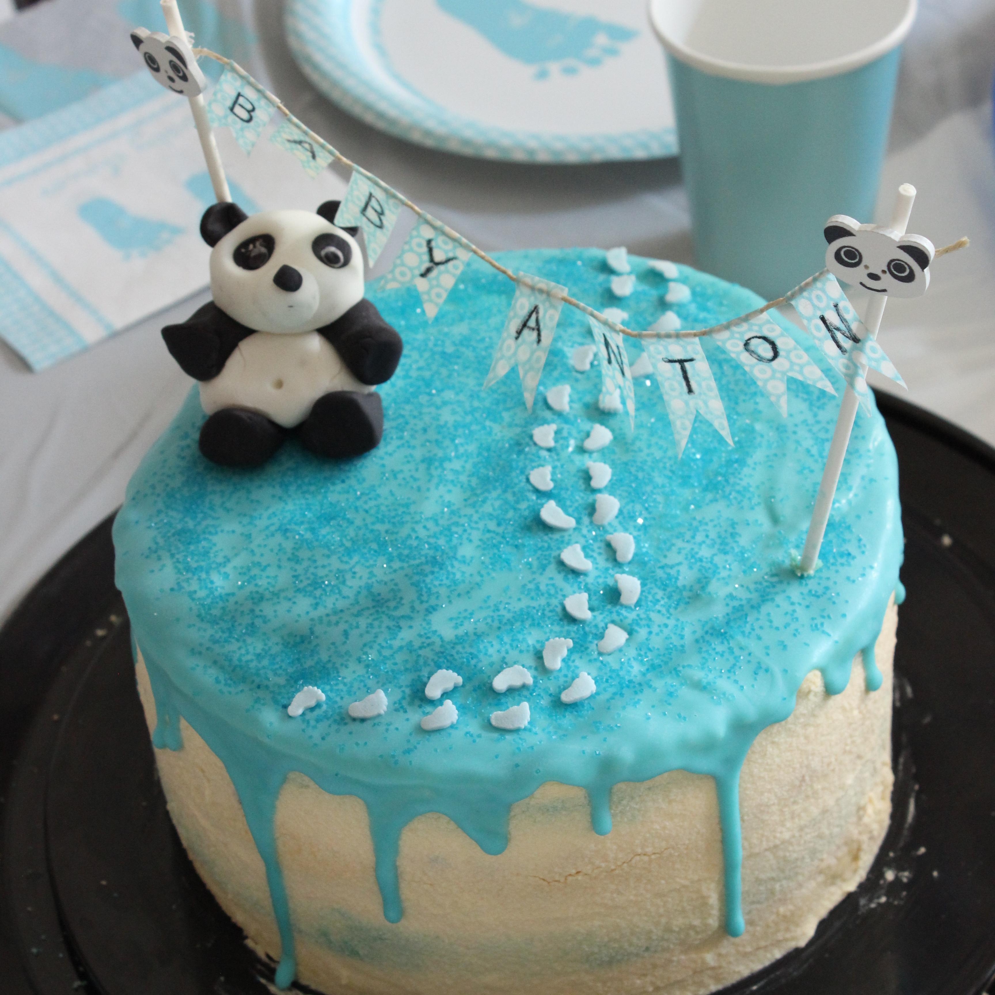 selbst gebackener Babyshowerkuchen in blau weiß für einen Jungen