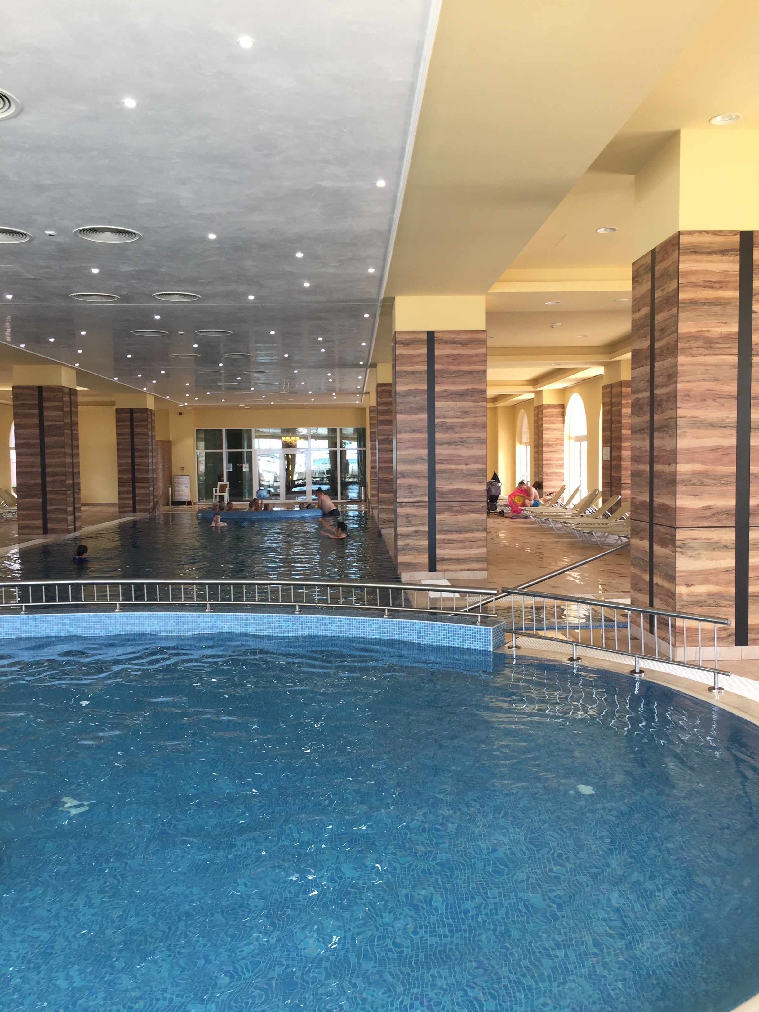Hallenbad im RIU Helios Paradise Hotel in Bulgarien