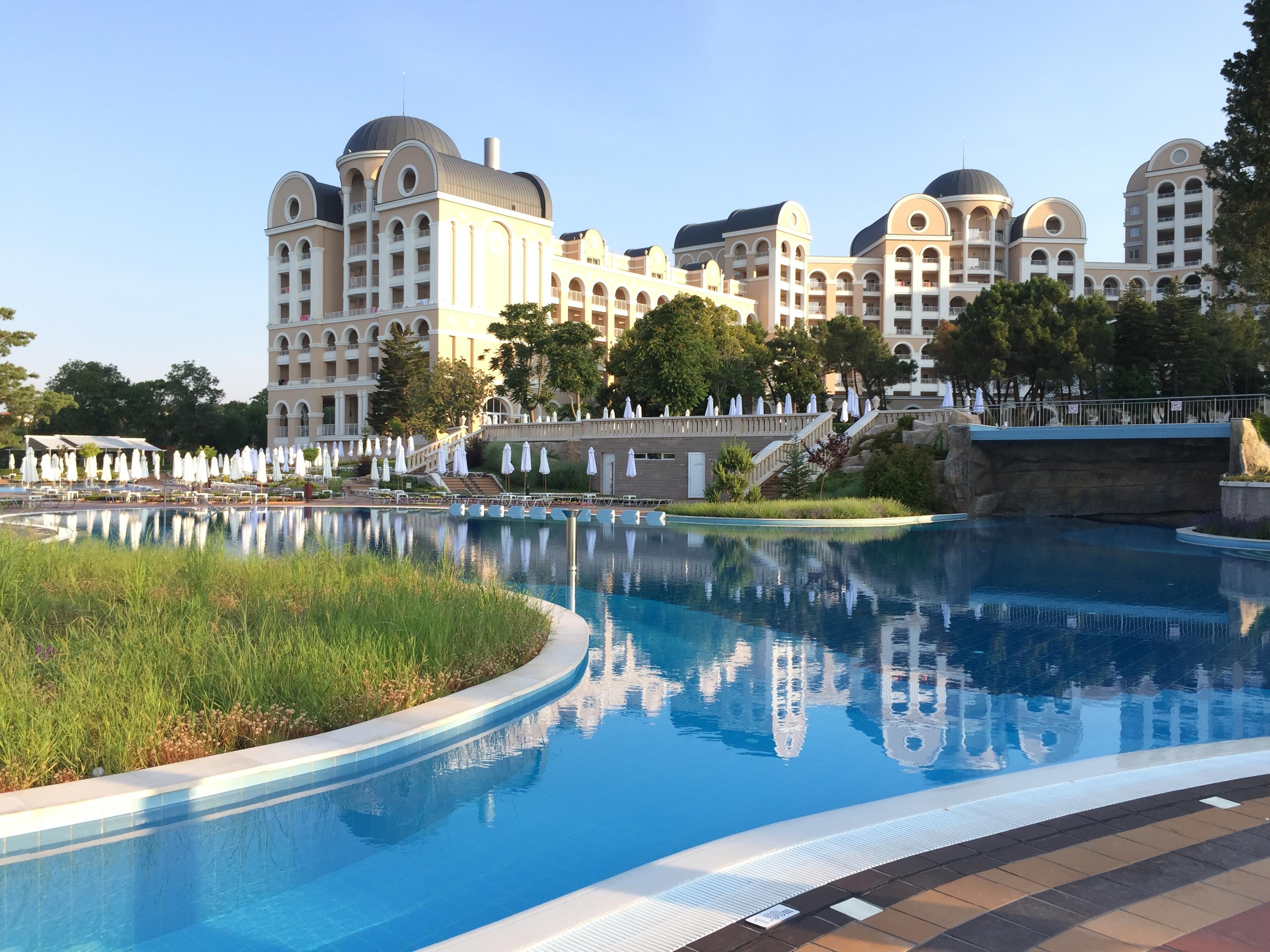 der große Pool auf der zweiten Ebene im Clubhotel RIU Hotel Helios Paradise