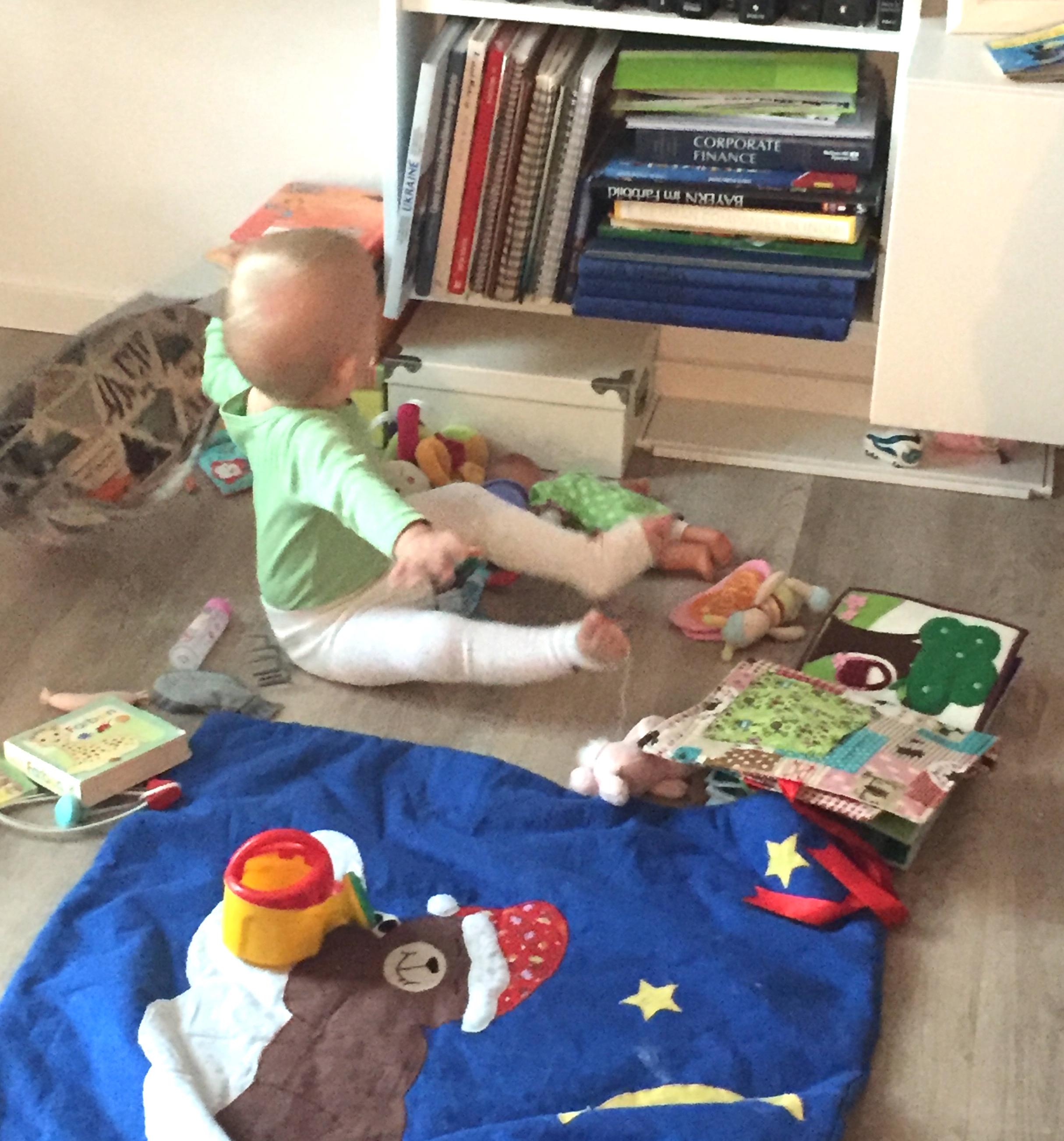 Tagebuchbloggen Was machst du eigentlich den ganzen Tag - Baby spielt am morgen