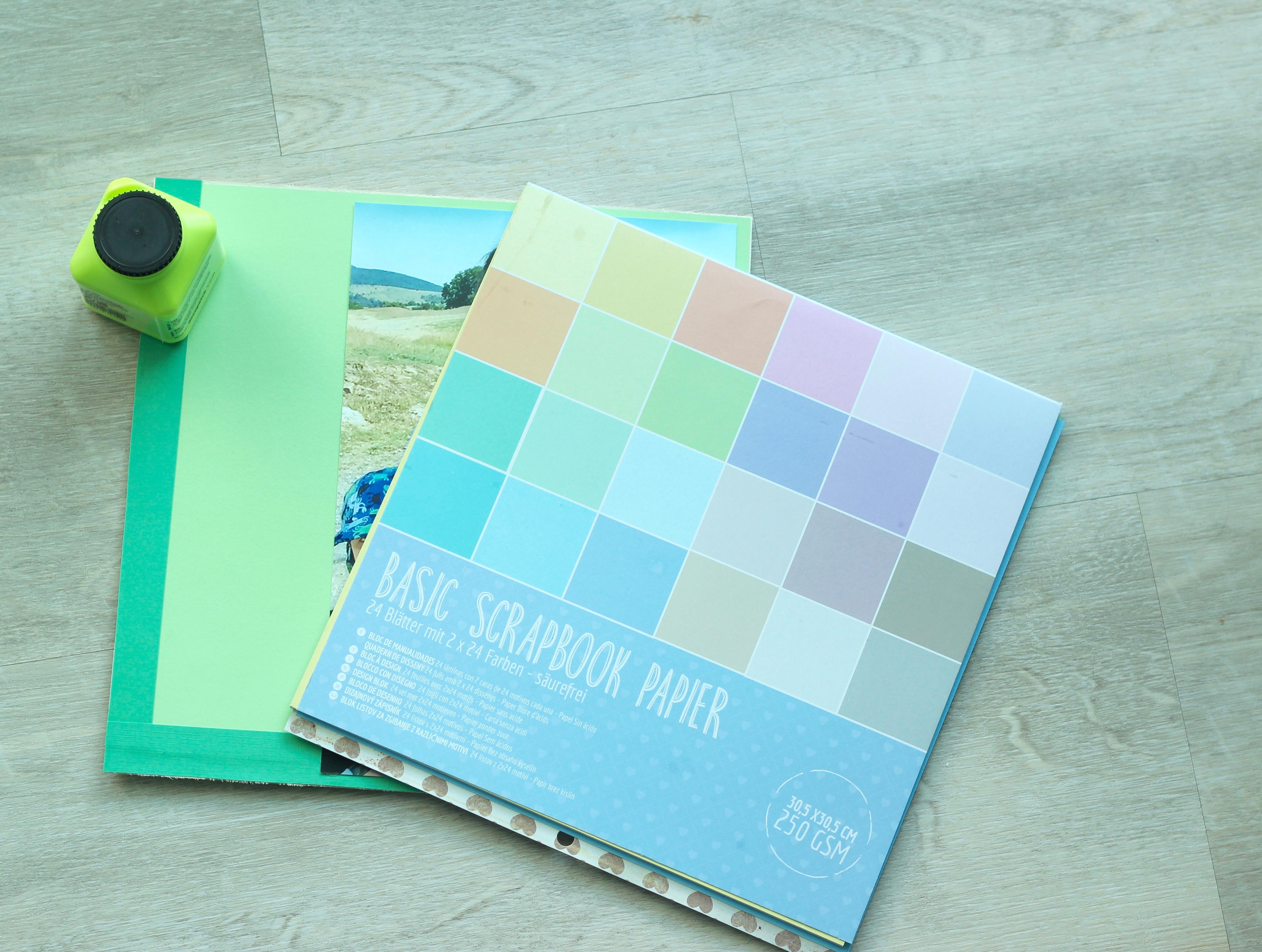 DIY für eure Urlaubserinnerungen - buntes Papier und Urlaubsfotos für die Rückwand