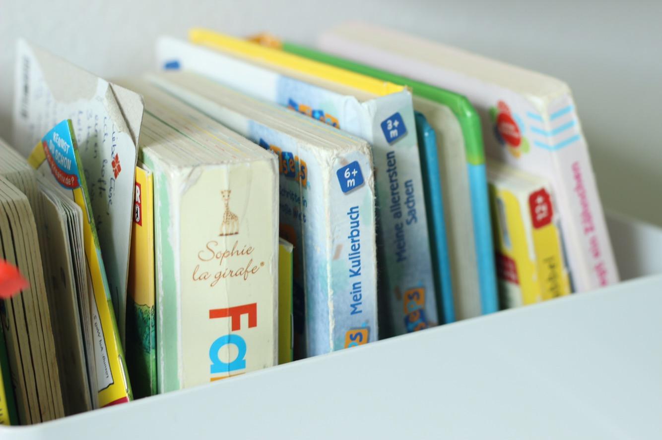 Aufbewahrung von Babybüchern in der Leseecke nach Montessori