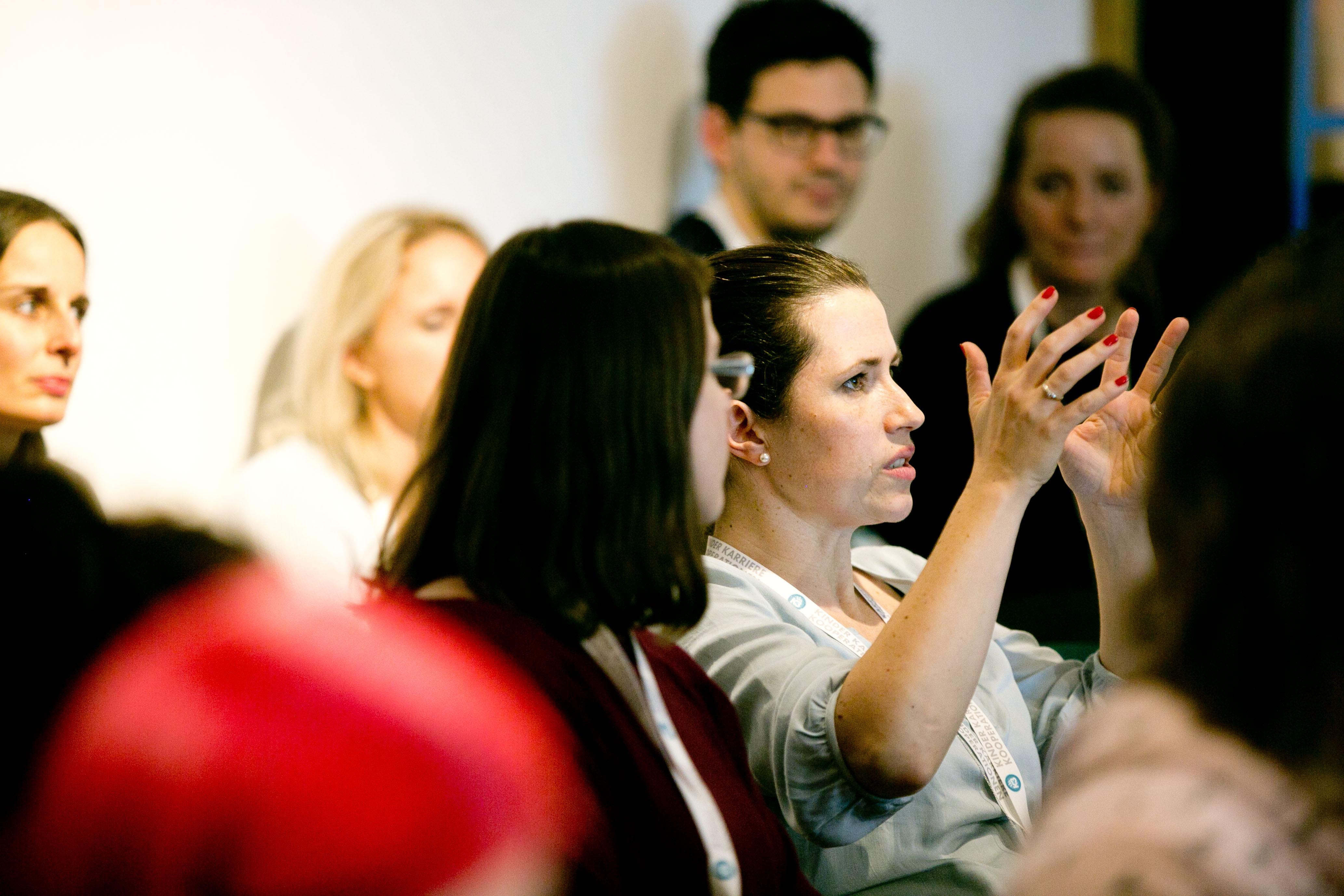 Person stellt eine Frage beim Facebook-Vortrag auf der k3Bloggerei Bloggerkonferenz