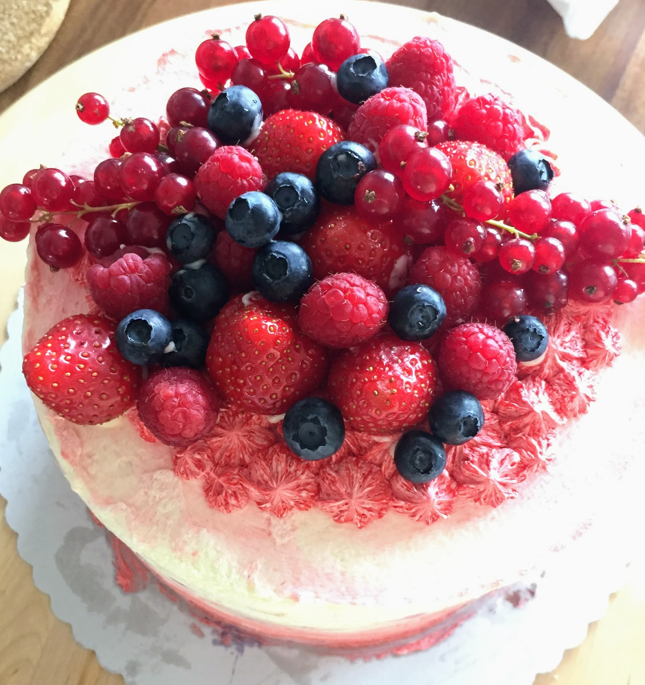 Kuchen mit Beeren als Dekoration