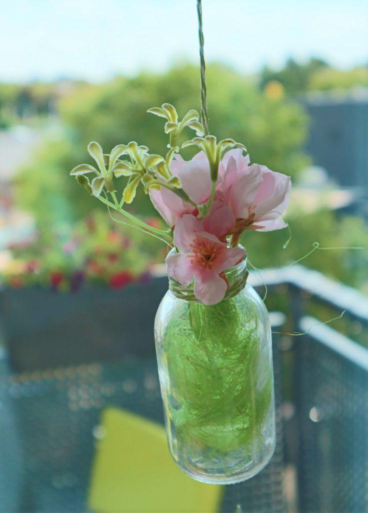 Detailaufnahme der hängenden Blumenvase