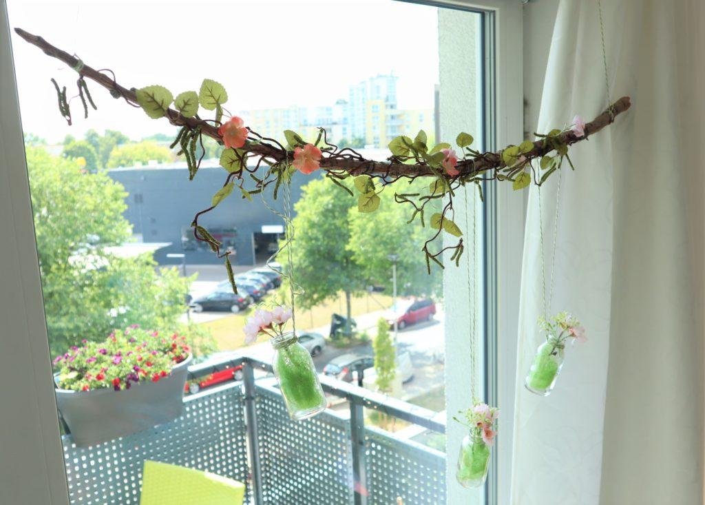 Fertige sommerliche Fensterdekoration